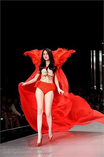Người đẹp tự tin sải bước trên sàn catwalk.