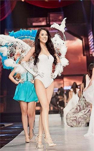 Thái Hà cũng đeo đôi cánh thiên thần, tự tin sải bước trong Đêm hội chân dài.