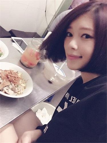 Hotgirl Linh Rin khoe tóc ngắn mới.