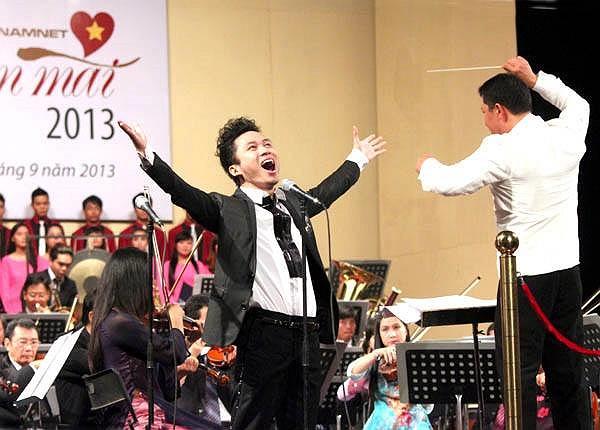 Tùng Dương hát say mê trên sân khấu.