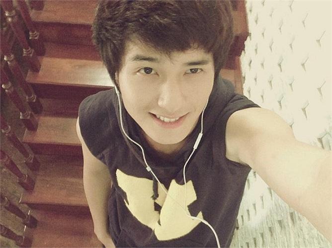 Hotboy Huỳnh Anh tạo dáng cute nhí nhảnh.