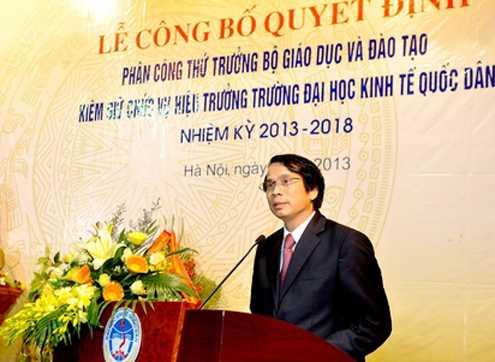 Thứ trưởng Phạm Mạnh Hùng trong lễ nhận quyết định. Ảnh: NEU.