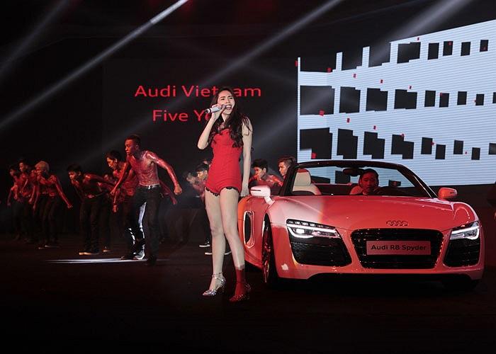 Cũng trong sự kiện ấn tượng của Audi Việt Nam, Thủy Tiên có màn trình diễn bốc lửa bên siêu xe Audi R8 phiên bản 2014.
