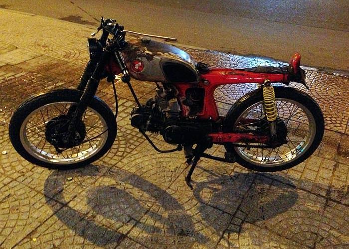 Không yên, cũ nát và dùng cần số ôtô, chiếc Honda 67 của ông chủ chuỗi nhà hàng 5Ku có lẽ là một trong những chiếc xe máy độ điên nhất Việt Nam.