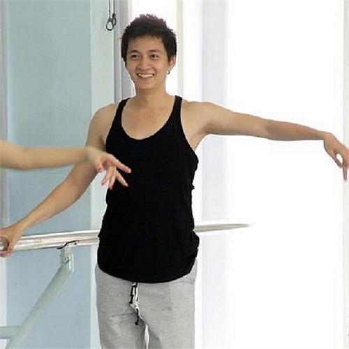 Ngô Kiến Huy miệt mài tập luyện cho Bước nhảy hoàn vũ, nhưng chàng 'xác sống' tối qua chưa ghi được điểm trong mắt giám khảo và khán giả.