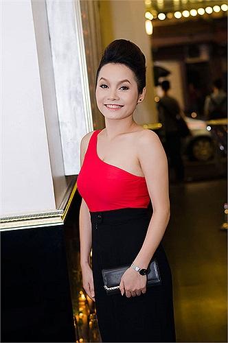 Thúy Trang tham gia chương trình và khoe bờ vai nõn nà