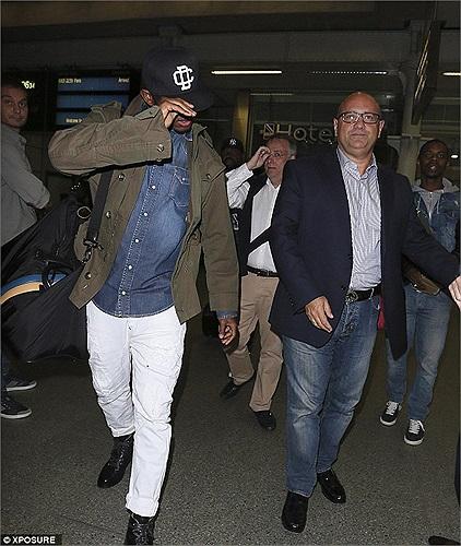 Tối 28/8, tiền đạo người Cameroon, Samuel Eto'o đã có mặt tại London để chuẩn bị các thủ tục gia nhập Chelsea trong ngày hôm nay.