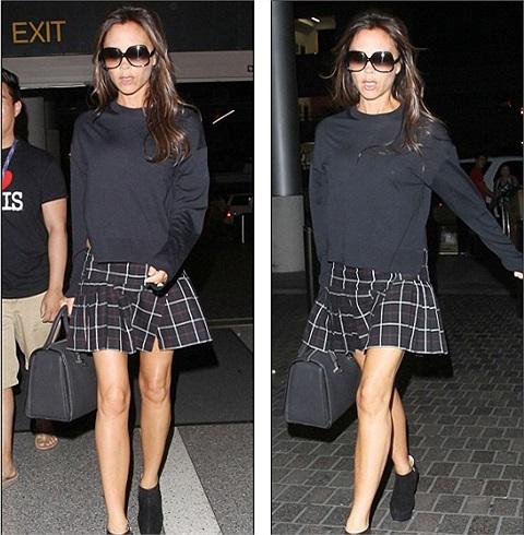 Bà Beck gây chú ý tại sân bay Heathrow khi diện trên mình chiếc váy ngắn kẻ ca-rô như đồng phục của những nữ sinh phổ thông.