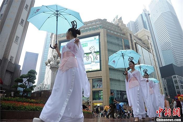 Ngày 17/5, nhiều cô gái xinh đẹp diện đồ cổ trang, cầm ô đi dạo trên phố Trùng Khánh