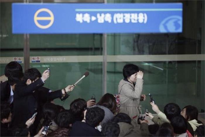 Một nhân viên người Hàn Quốc làm việc tại Khu công nghiệp chung Kaesong đứng giữa nhiều phóng viên báo chí tại khu vực văn phòng Hải quan, kiểm dịch và xuất nhập cảnh của Hàn Quốc tại phía Nam khu phi quân sự ngăn cách hai miền