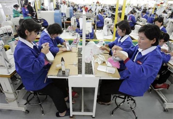 Công nhân Triều Tiên làm việc trong một nhà máy sản xuất giày của Hàn Quốc tại khu công nghiệp liên Triều (năm 2007)