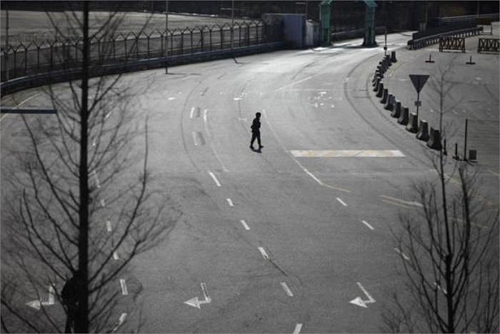 Một binh sĩ Hàn Quốc đi trên con đường vắng tanh nối giữa khu công nghiệp liên Triều Kaesong và khu vực hải quan, kiểm dịch, xuất nhập cảnh Hàn Quốc (Ảnh chụp năm 2013)