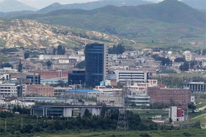 Khu công nghiệp Kaesong được mở cửa hồi năm 2004, có 23 nhà máy sản xuất với hàng chục nghìn lao động Triều Tiên. Dù hai bên Triều Tiên và Hàn Quốc nhiều lần căng thẳng nhưng khu công nghiệp này chưa bao giờ bị đóng cửa