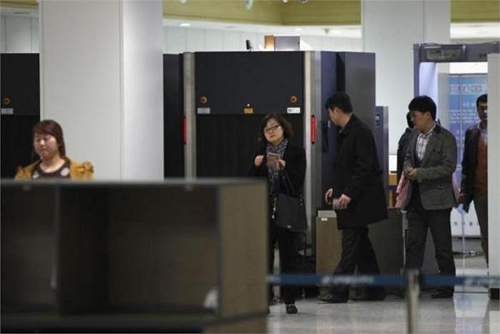 Nhân viên người Hàn Quốc làm việc tại khu công nghiệp chung Kaesong vào khu vực hải quan, kiểm dịch và xuất nhập cảnh (Ảnh chụp 11/3/2013)