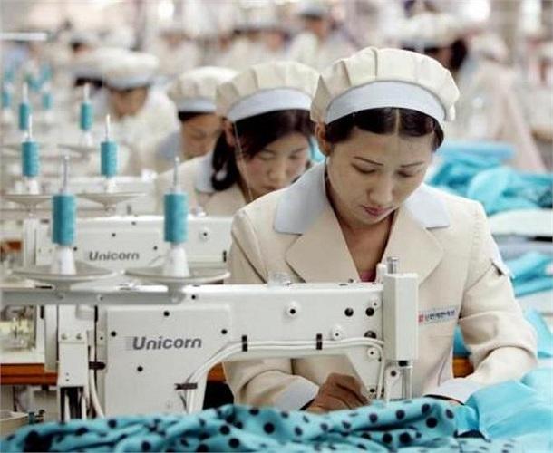 Những công nhân Triều Tiên làm việc trong nhà máy sản xuất hàng may mặc của công ty Shinwon (Ảnh chụp năm 2005)