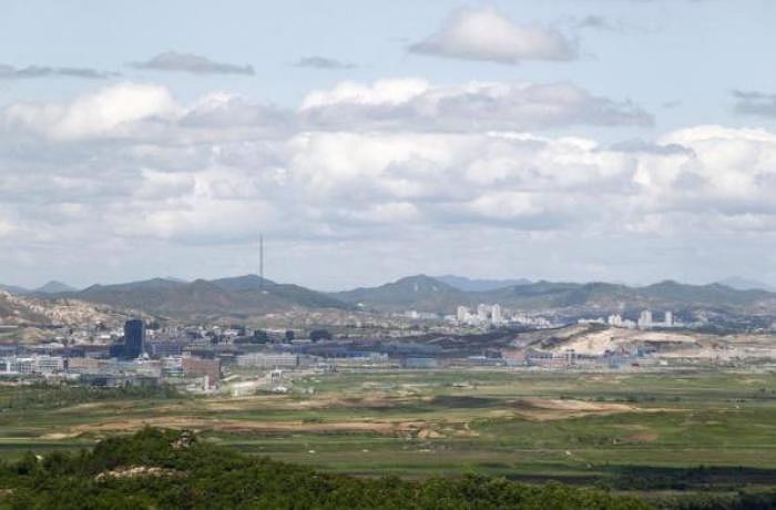 Khu công nghiệp liên triều Kaesong nhìn từ một đài quan sát trong làng đình chiến Panmunjom thuộc khu phi quân sự ngăn cách hai miền (Ảnh chụp tháng 5/2010)