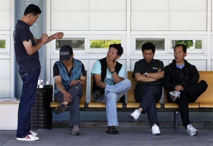 Các công nhân Hàn Quốc đang chờ đợi tại văn phòng hải quan, kiểm dịch và xuất nhập cảnh của Hàn Quốc để sang khu công nghiệp Kaesong(Ảnh chụp năm 2009)