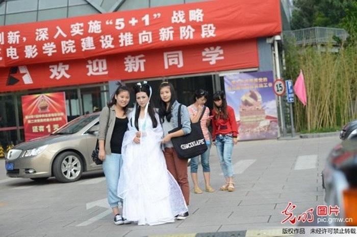 Ngày 6/9 vừa qua, Trần Băng Băng thành nhân vật 'Tiểu Long Nữ' trong phim Thần điêu hiệp lữ để đón chào các tân sinh viên của Học viện điện ảnh Bắc Kinh