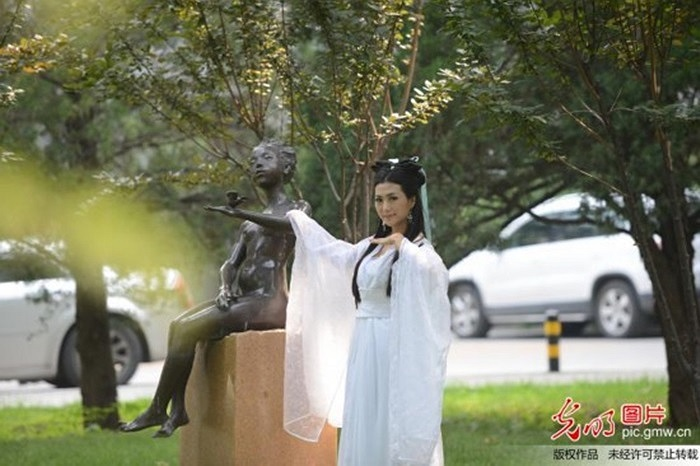 Cô gái 9X Trần Băng Băng là người ở Vũ Hán, Hồ Nam, Trung Quốc. Vì muốn gây ấn tượng với các tân sinh viên khác nên đã hóa thành 'Tiểu Long Nữ'