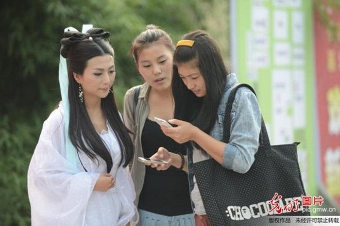 Nhiều tân sinh viên thi nhau chụp ảnh cùng 'Tiểu Long Nữ'
