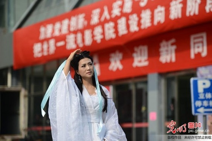 Trần Băng Băng hóa thành 'Tiểu Long Nữ' cầm biển đón chào tân sinh viên của Học viện điện ảnh Bắc Kinh, Trung Quốc