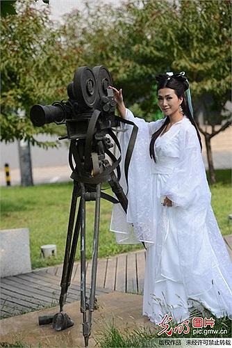 Trần Băng Băng là ca sỹ, diễn viên kiêm người mẫu, cô cũng là tân sinh viên của Học viện điện ảnh Bắc Kinh năm 2013