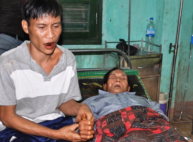 Hai cha con ông Thanh tại Trung tâm y tế huyện Tây Trà