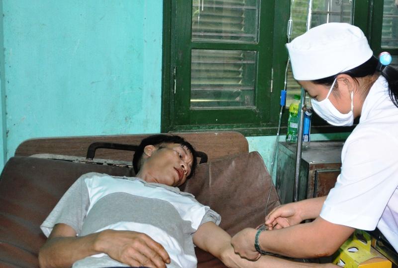 Ông Hồ Văn Lang được các y, bác sĩ Trung tâm y tế huyện Tây Trà chăm sóc sức khỏe