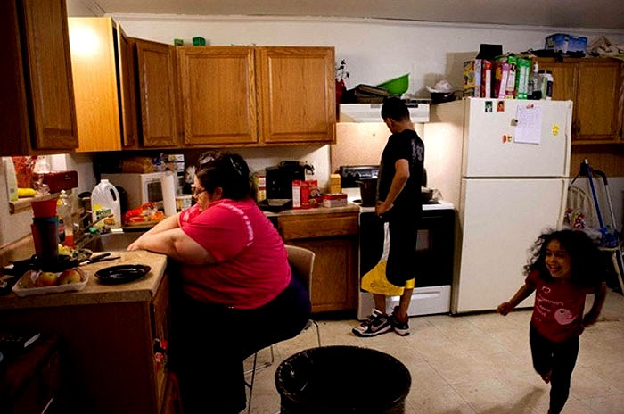 Như bao người mẹ khác, chị Donna Simpson tự tay làm bữa ăn và nuôi dạy con cái.