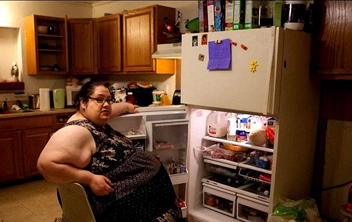 Kho đồ ăn của nhà chị được dự trữ đầy đủ thực phẩm để giúp chị duy trì chế độ dinh dưỡng ổn định.