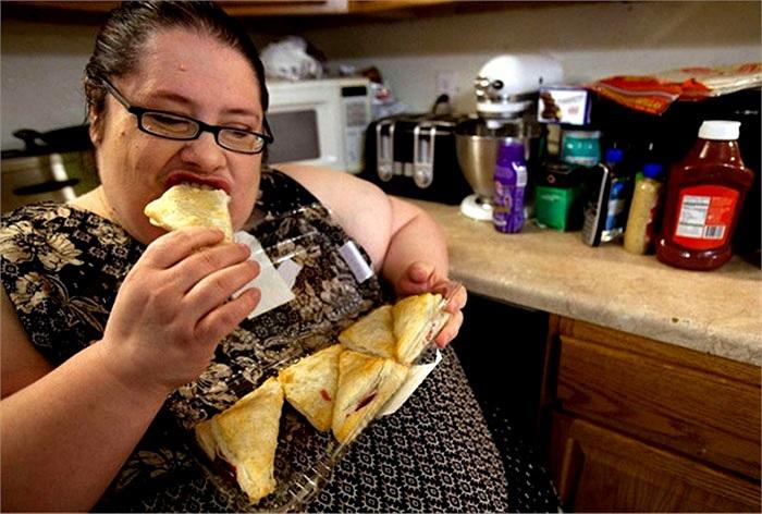 Chị dùng bánh pizza cho bữa ăn bổ sung nhằm đạt mục tiêu tăng lên 453kg.