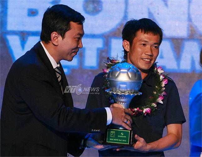Ông Trần Quốc Tuấn, đại diện của Tổng cục thể dục thể thao trao danh hiệu Quả bóng Bạc cho tiền vệ Lê Tấn Tài của V.Hải Phòng.