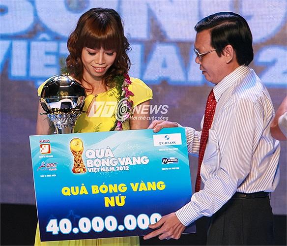 Thủ thành, đội trưởng ĐT nữ Việt Nam - Đặng Thị Kiều Trinh lần thứ 2 liên tiếp nhận danh hiệu Quả bóng Vàng.