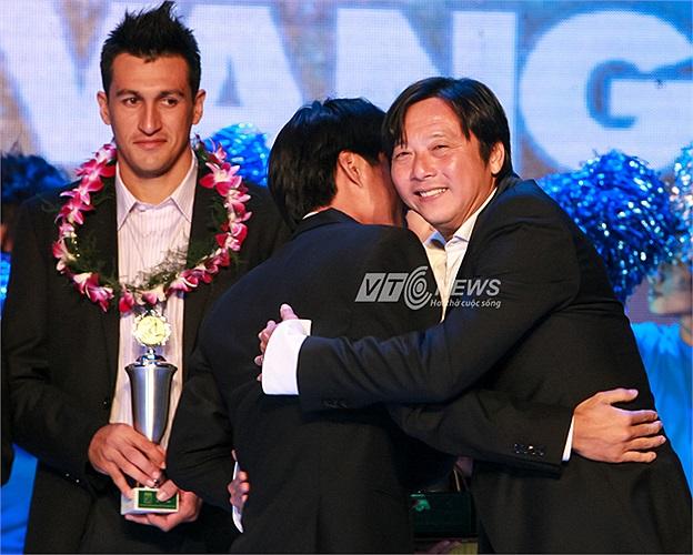 HLV Lê Huỳnh Đức chúc mừng học trò Huỳnh Quốc Anh sang khi Huỳnh Đức công bố danh hiệu Quả bóng Vàng của nam.