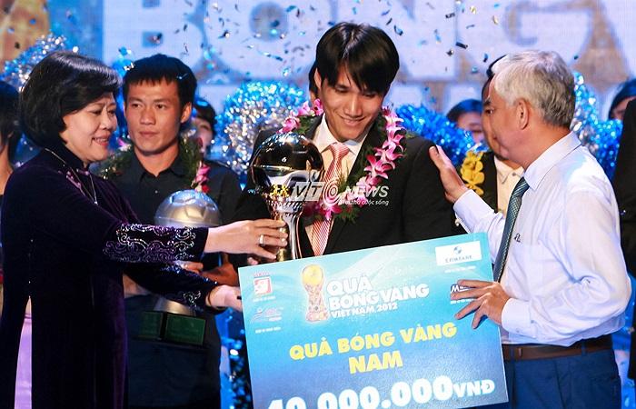 Bà Nguyễn Thị Hồng, Phó chủ tịch UBND TP.HCM và ông Lê Hùng Dũng, Phó chủ tịch VFF trao danh hiệu Quả bóng Vàng cho Huỳnh Quốc Anh.