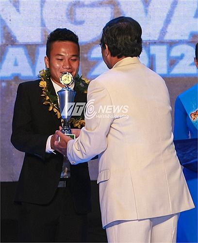Tiền vệ Trần Phi Sơn của SLNA nhận danh hiệu Cầu thủ trẻ xuất sắc nhất