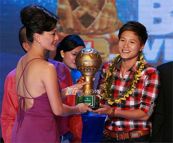 Bà Huỳnh Trang Nhi, chủ tịch EEC trao giải Quả bóng Đồng cho nữ tuyển thủ Ngọc Anh