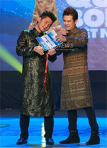 Hai ca sĩ Văn Quang Long và Lâm Vũ hồi hộp công bố danh hiệu Quả bóng Bạc của nữ.