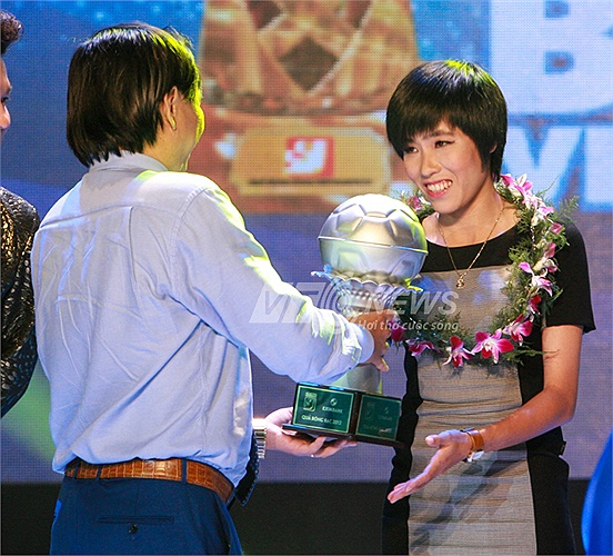 Nữ tuyển thủ Lê Thị Thương của Than khoáng sản Việt Nam nhận danh hiệu Quả bóng Bạc.