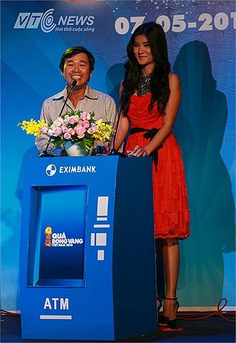 Nhà báo Nguyễn Nguyên và diễn viên Kim Tuyến công bố danh hiệu Quả bóng Bạc dành cho nam.