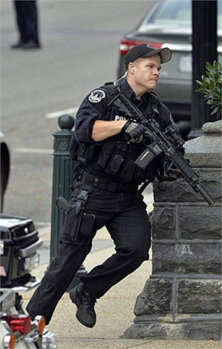 Cảnh sát chạy trên con phố gần Tòa nhà Quốc hội