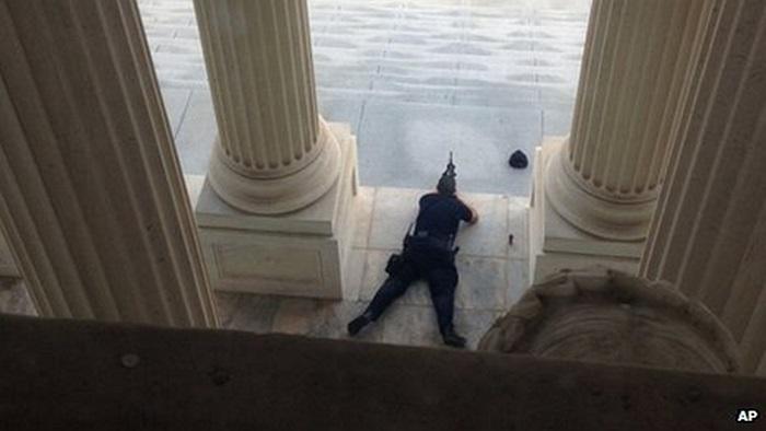 Cảnh sát Điện Capitol nằm bên ngoài hiện trường