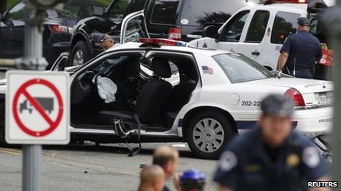 Chiếc xe cảnh sát bị hư hại sau vụ rượt đuổi
