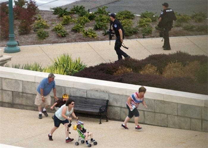 Người dân tìm chỗ trốn trong khi cảnh sát phong tỏa hiện trường