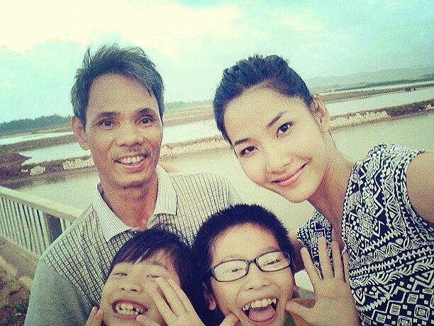 Hoàng Thùy khoe ảnh gia đình, bố và hai nhóc cháu.