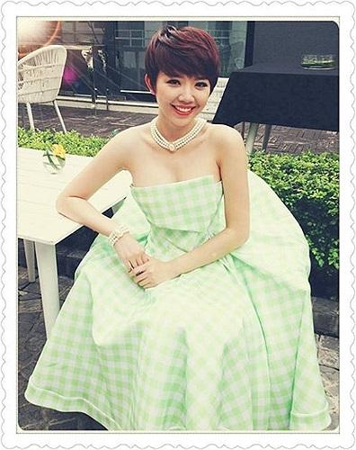 Tóc Tiên trễ nải vòng một biến hóa với mọi phong cách như một cô nàng thời trang đích thực.