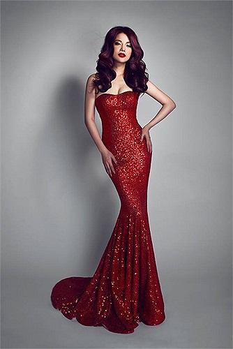 Trương Ngọc Ánh kiêu sa trong chiếc váy đuôi cá màu đỏ.