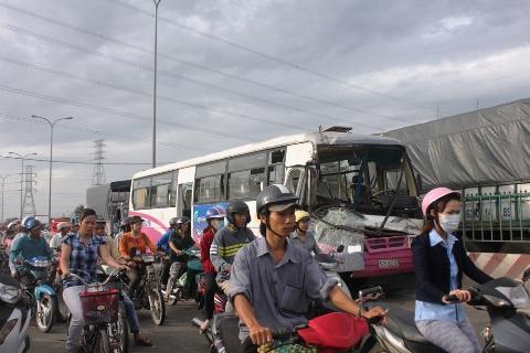 TP.HCM, tai nạn, xe khách, liên hoàn, công nhân, xe tải, quốc lộ 1A