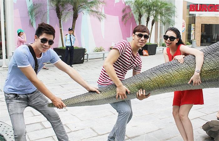 Cả ba đều có vẻ rất nghịch ngợm bên những chú khủng long to bằng kích cỡ thật.