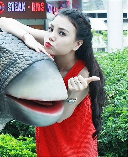 Những chú khủng long này được chuyển về từ Singapore để làm sân chơi cho các cháu thiếu nhi ở Hà Nội dịp 1/6 này.
